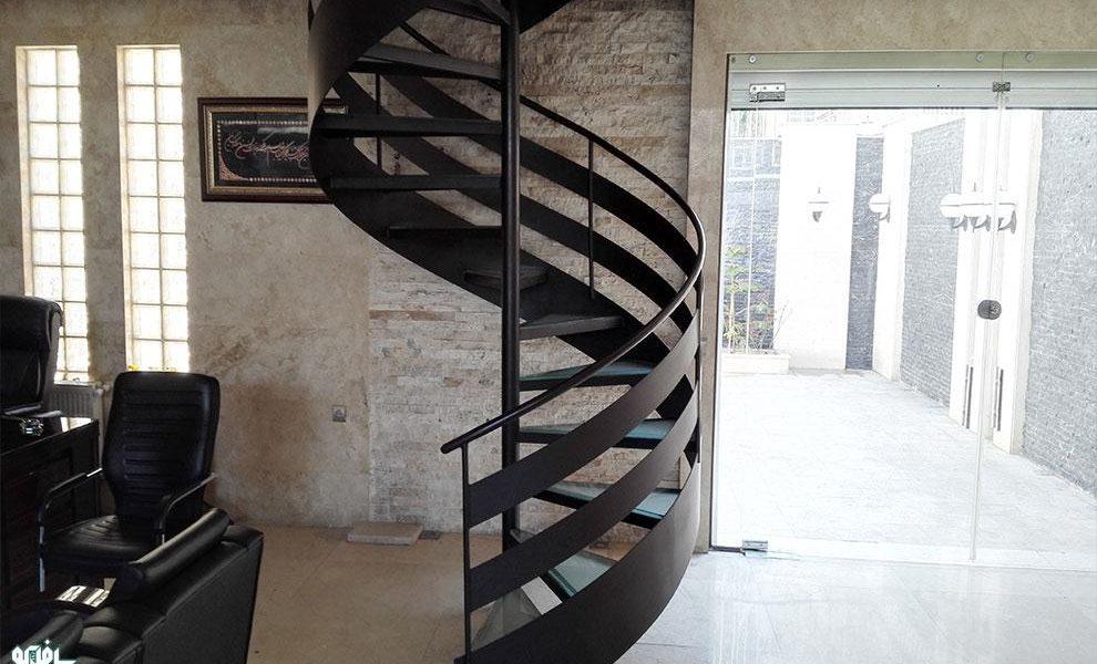 پله گرد حول لوله با نوار محیطی یا پله گرد مارپیچ